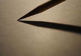 Potlood losje rustend op leeg papier