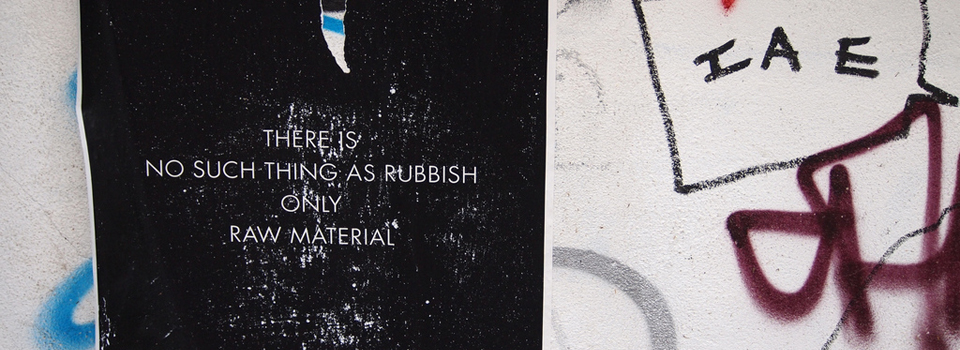 "Poster met de tekst: ""There is no such thing as rubbish Only raw material"" - Photo by zaraEsque"